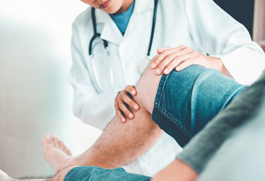 Doctor-checking-patient-knees